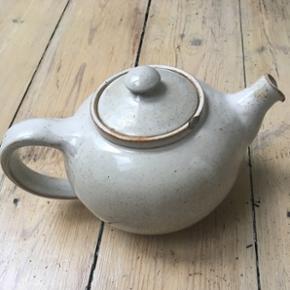 Fin tepotte - har to skår som vist på billederne.