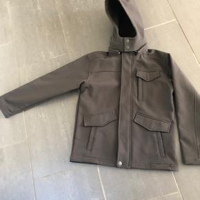 Fin sort softshell jakke. Aldrig brugt.