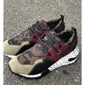 Varetype: Sneakers Farve: Army Oprindelig købspris: 1200 kr. Kvittering haves.  Aldrig brugt, så nu sælges de.  Mp 750pp  Bytter ikke handel via ts betaler køber de 5% i gebyr