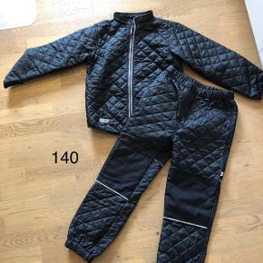Helt nyt sæt termotøj str 140 i sort. Aldrig brugt da min søn er vokset fra mig.Afhentning i Kolding/drejens eller sendes med dao for 38kr.