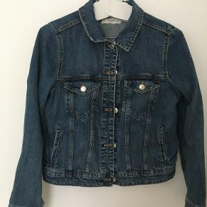 Klassisk denim jakke i str s/m. Næsten aldrig brugt. Giv et bud.