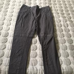 By Malene Birger Teodosio bukser i bomuld, sort. Brugt nogle gange, men er i god stand, ingen huller eller pletter.  Trænger til at se et strygejern, og leveres nystrøget. Bud modtages gerne.