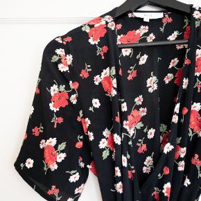 Smuk kjole fra Boii i modellen 'Maude' i str small. Den sidder som på billede nummer 3.