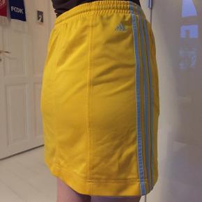 Gul Adidas nederdel med lyseblå striber
