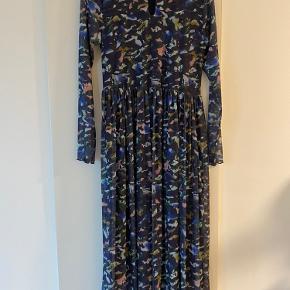 Fin mesh kjole der passer næsten alle størrelser, har aldrig haft den på :)
