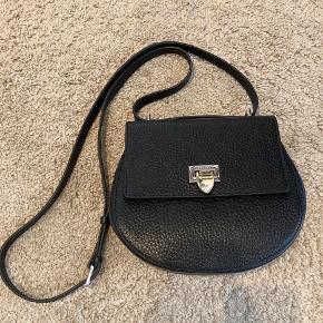 Super flot og lækker satchel taske i sort fra Decadent. Tasken er stort set ikke brugt og fremstår uden brugsspor. Kan afhentes i Odense eller sendes på købers regning. Højde 18cm Længde 21cm Vidde 7cm