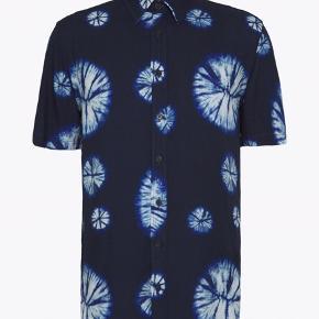 Herreskjorte - kan bruges oversize til kvinder. Let og blød i materialet. Sendes med DAO eller hentes på Nørrebro :-)