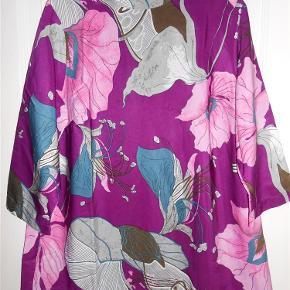 Varetype: Som ny! Bluse i flotte farver Størrelse: S 44 46 Farve: Multi  Bluse i flotte farver 100% polyester Brystmål 112 cm Længde 73 cm