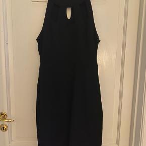 Rigtig fin kjole fra Vero Moda med de fineste detaljer. Knappen bagpå er faldet af, så der skal lige syes en ny på - ellers fremstår den helt ny og fin :)