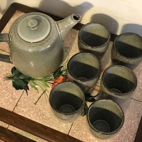 Smukt og rustikt te-stel fra Broste CPH med tekande og KUN FEM kopper!Er aldrig blevet brugt og har stadig mærke i bunden, men har bare stået og manglet en ordentlig ejer:-)   Giv et bud! Sælges pga pladsmangel.