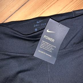 3/4- lange tights fra Nike til løb (går til lidt under knæet). Aldrig brugt - stadig med prismærke.