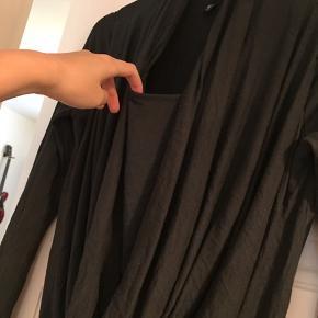 Lang tætsiddende trøje med flot fald foran