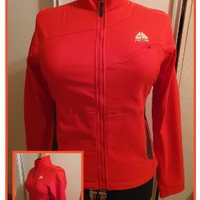 Rød softshell jakke fra Nike ACG, str. XL Brystvidde 110 cm Aldrig brugt Nypris 1.600,00 Pris 350,- pp