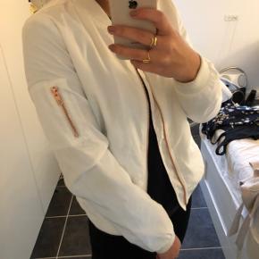 Hvid bomber jakke fra Only med fine rose gold detaljer. Rigtig god som overgangsjakke. Brugt en sommer for 4 år siden. 🌸  Byd gerne. Køber betaler fragt🤍