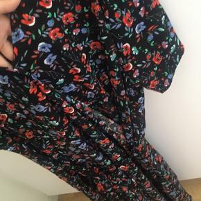 Fejl køb, men virkelig flot kjole.  Der er lynlås i siden