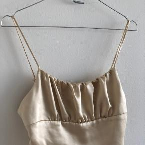 Zara - Satin Crop Top Colour: Champagne  Crop top with adjustable straps, a gathered straight neckline and elastic detail on the back.  Wear it with T-shirt or shirt under or a pair it a oversized blazer and high waisted pants.   Never used, still with price tag. Store price: 129 DKK  (Out of stock in store and online)