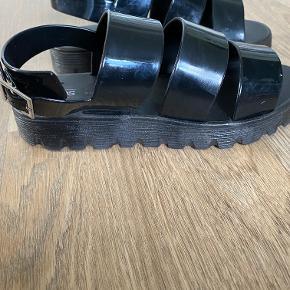 ASOS Sandaler, Næsten som ny. Grindsted - Super fede, sorte sandaler.. ASOS Sandaler, Grindsted. Næsten som ny, Brugt og vasket et par gange men uden mærker eller skader