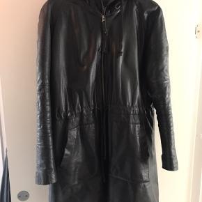 Vinterjakke i læder. Ingen pletter, ridser eller andet. Sygningen ved lynlåsen nederst på jakken er dog gået op (se billede).