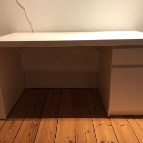 Jeg sælger dette Ikea skrivebord fra kollektionen MALM, det kan stadig fås i butikkerne. Ny pris: 799 Mp: 350, men kom med et bud   Det er nogle ridser indenunder bordet, men ellers fremstår det nyt