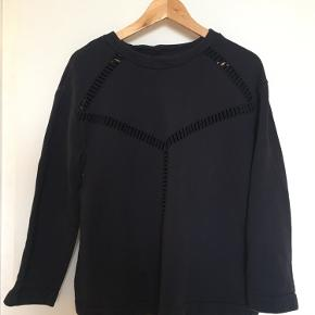 Sweatshirt med mønster. Passer small/medium.   Se mine andre annoncer. Ved køb af flere items finder vi en god pris:)   Ingen returnering, køber betaler fragt.