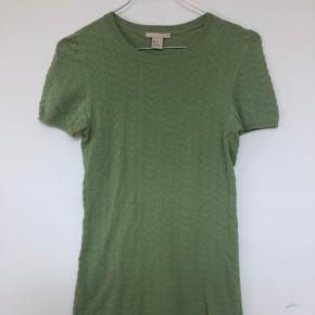 Lysegrøn bluse fra H&M, brugt få gange og i god stand.