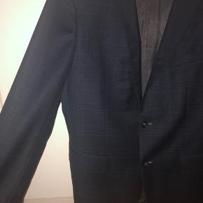 Marine blå blazer med sort mønstret tern fra HUGO BOSS! Brugt få gange.
