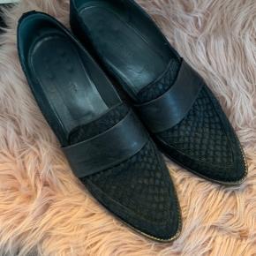 Rigtig smukke loafers fra gardenia  Brugt men i rigtig pæn stand - kunne dog godt bruge et skift af hælene.  Nypris omkring 1700, sælges for 350