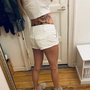 Helt hvide korte demin shorts der sidder flot på numsen :) Ingen pletter eller misfarvninger