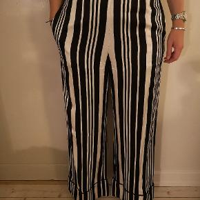 Day bukser som er lange og dejlige. Str er 42 men passer mig som normalt har str 40.