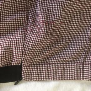 Fine bukser fra Mads Nørgaard, Dogtooth check pirla.  Brugt sparsomt en månedstid og vasket to gange. Efter første vask blev et lille område omkring lynlåsen fnulleret. Se sidste billede. Pris sat derefter. Fejler ellers intet.