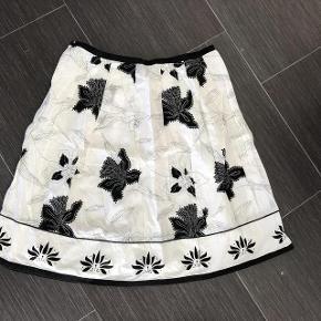 Varetype: Smuk Nederdel Farve: se billede Oprindelig købspris: 299 kr.  Super udsalg.... Jeg har ryddet ud i klædeskabet og fundet en masse flotte ting som sælges billigt, finder du flere ting, giver jeg gerne et godt tilbud..............   🤗 livvidden er 2x42 cm - længden er 57 cm   Sendes med DAO