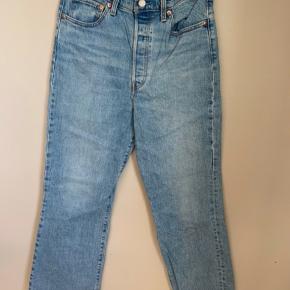 Brand: Levis Stylenavn: Ribcage Crop Flare  Materiale: 99% bomuld og 1% elastan  Str. W28 L28