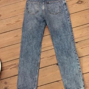 fede prewashed  jeans fra Monki str. 26, 100% bomuld. Pæn stand. 100kr Kan hentes Kbh V eller sendes for 38kr DAO