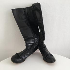 Sorte lækre læder Sofie Schnoor støvler. Skinnet er blød og lækker.  7 centimeter hæle. Lynlås i siden. Nypris 1999. Brugte men har mange kilometer i sig endnu.  Grundet ryg operation sælges disse dejlige støvler ☺️