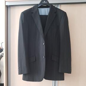 Stribet jakkesæt ( bukserne er str. 48 )  Tænker at jakken er str. L / XL.   Som vist på et af billederne at der skal 3 nye knapper på det ene ærme. Ellers fejler det ikke noget.