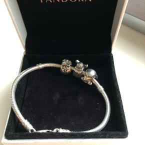 Sælger ca. 17cm Pandora armbånd med 3 vedhæng - Delfin 🐬 Engel 👼🏼 Pengepose 💰  Lige blevet pudset op og er derfor i super fin stand.   Køber betaler fragt - sender med DAO.