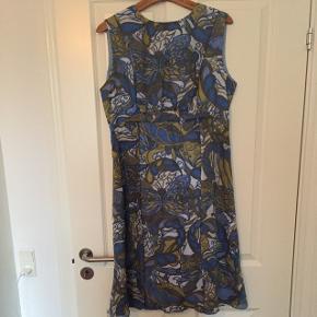 """Skøn vintage kjole fra farmors loft str. 44. Rigtig pæn stand - lugter dog af """"loft"""" og kræver evt. en rens. Str. 44 ⭐️ Her får du en helt unik kjole ..."""