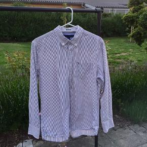 Vintage Tommy Hilfiger skjorte i en størrelse large. Skjorten er i fin stand. Vil vurdere den til at fitte S-M / M. Byd.