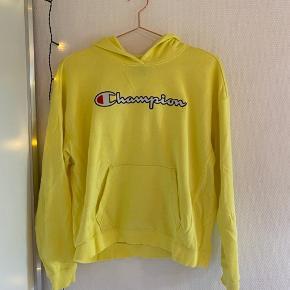 Champion hoodie  Købt i kvinde afdeling, men i juniorstørrelsen x-large Passes af en normal xs-s