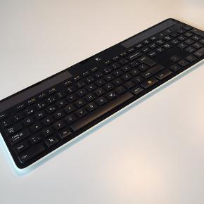 Logitech K750 solcelle tastatur. Man kan ikke se, at det har været brugt.