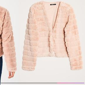 Sælger disse to faux fur Ella jakker fra gina tricot i hhv. Sandfarvet og sart rosa. Jeg var desværre for lang tid om at beslutte at de var et fejlkøb til at de kunne returneres, og derfor sælges de som helt nye med prismærke. De er pt. Udsolgt på hjemmeside og i butik. Nypris: 528,- sælges for 350,-