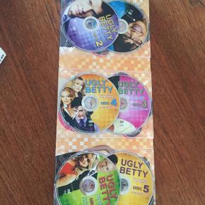 Dvd  Ugly Betty sæson 1 Fejler ikke noget Kan afhentes i Vestamager eller Kbh efter aftale eller sendes på køber regning med dao :-)