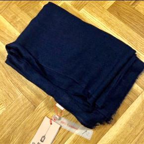 Lækkert blødt tørklæde, 100% cashmere.  Aldrig brugt, ligger i posen fra butikken Farve classic navy Måler ca 200x5  😊😊😊 sat til salg andre steder 😊😊😊 Np 1199kr