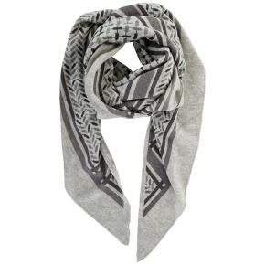 Overvejer at sælge mit fine Lala Berlin tørklæde. Det er str. M. Modellen hedder Triangle trinity konfetti, frost grey on flanella.  Brugt få gange - fremstår fuldstændig som ny, ingen tegn på slid eller noget! Byd gerne, men gør det retfærdigt <3