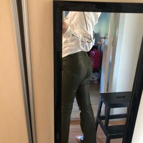 Kaki grønne bukser fra design by si str l men svare til en str m, sælger dem da jeg desværre ikke får dem brugt som ønsket, de er brugt 3 gange BYD