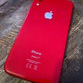 (Sælger for en anden)  10 måneder gammel iPhone XR 128GB sælges efter køb af ny 11 pro :)  Virker 100% og haft cover på altid, Alle knapper virker og den er aldrig tabt eller fået andre skader. Kvittering haves online hos 3 mobil. Den har lidt forbrugsridser foran da den har været uden panser skærm de sidste 3 måneder selvfølgelig også derfor jeg har sat den til den laveste pris jeg har set dem stå til fordi den skal hurtigt videre.  Prisen er fast. Hurtig handel.  Har boks og tilbehør og hvad der ellers hører til.