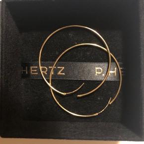 Guld hoops P. Hertz (kongelig hofleverandør). Nypris ca 1500.   Gave som jeg desværre ikke har fået brugt.