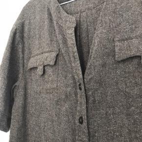 Virkelig lækker lang skjorte fra Massimo Dutti. Er Skøn over et par læderleggins fx. Opbevaret i røgfrit hjem uden kæledyr.