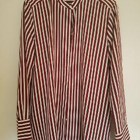 Fin 100% polyester-skjorte. Let. Bordeaux-stribet. Str. 40.