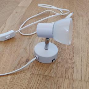 Lille LED læselampe i svag rosa farve, med hvid glasskærm. Måler 8cm i diameter (både skærm og fod) Afbryder kontakt på ledning. Pære og monterings beslag inkluderet.